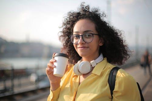 Základová fotografie zdarma na téma bílá sluchátka, dioptrické brýle, držení, hloubka ostrosti