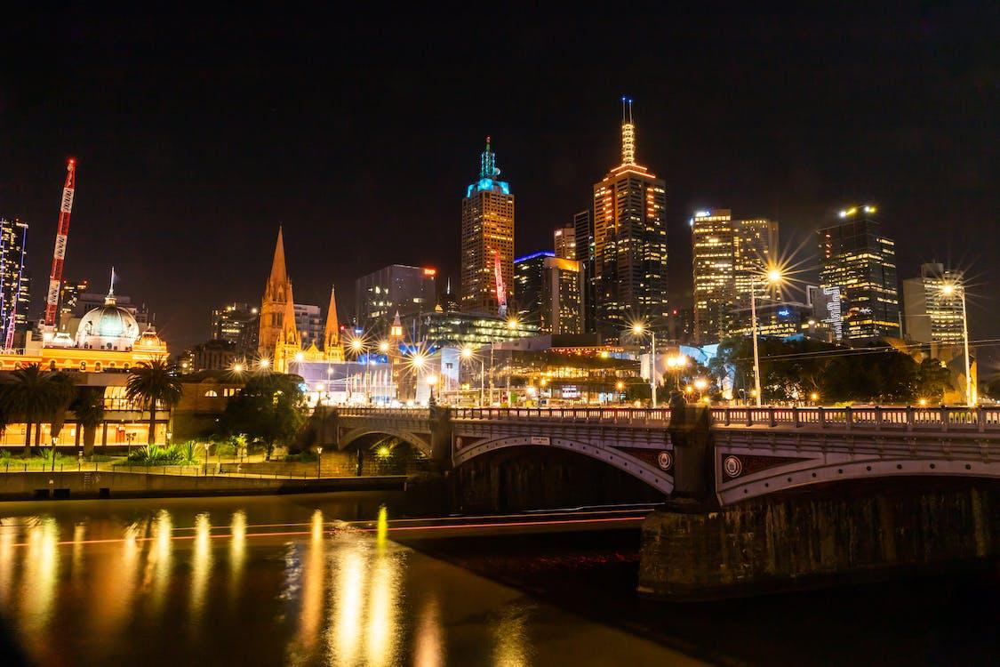 夜の間に川に架かる照明付きの橋