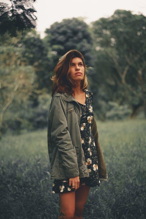 Mujer étnica Casual De Pie Pensativamente En El Bosque
