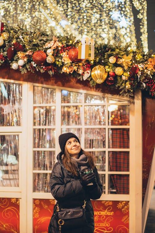 冬季, 向上看, 咖啡色頭髮的女人, 圣诞季节 的 免费素材照片