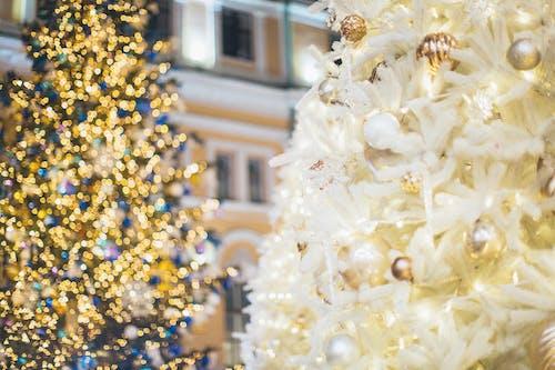 árbol De Navidad Blanco Y Dorado Con Luces Amarillas