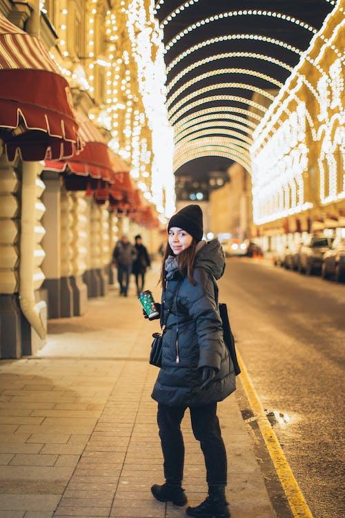 (頂部有小羊毛球的)羊毛帽子, 一次性杯子, 个性, 人行道 的 免费素材照片