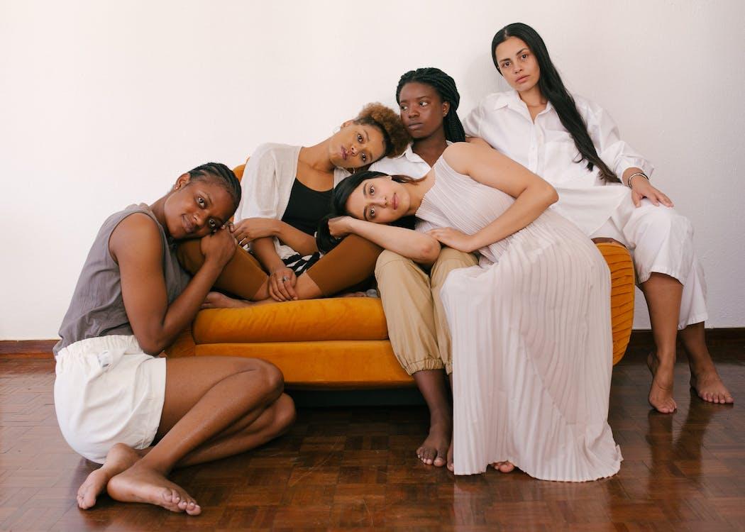 Foto Wanita Duduk Di Sofa Oranye