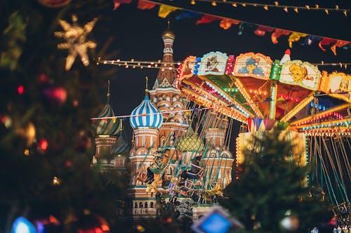Buntes Karussell Gegen Kathedrale Auf Dem Roten Platz In Der Neujahrsnacht