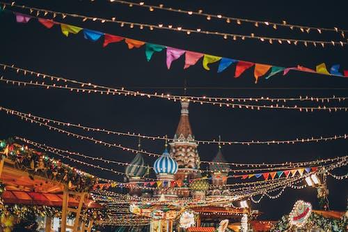 Bunte Weihnachtsbeleuchtung In Der Stadt Bei Nacht