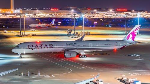 Fotos de stock gratuitas de airbus 350, katar, noche de aeropuerto