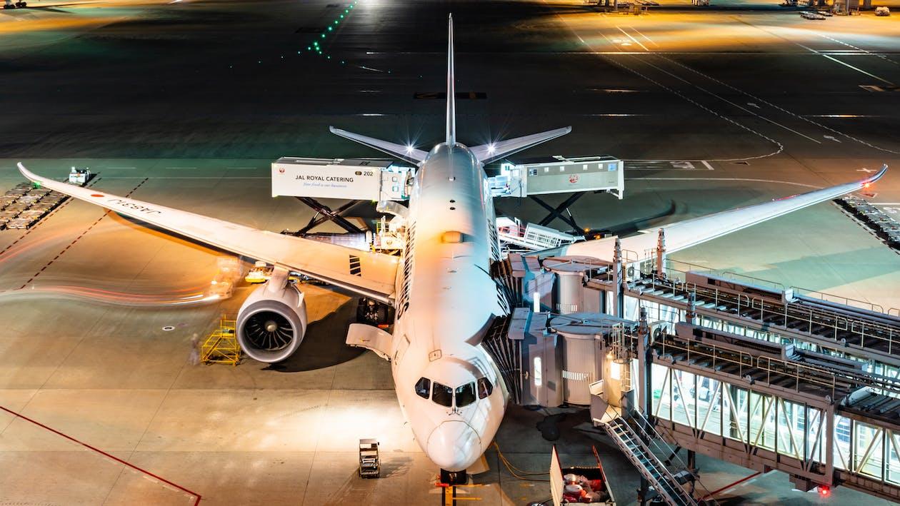 Avión Blanco Y Azul En El Aeropuerto