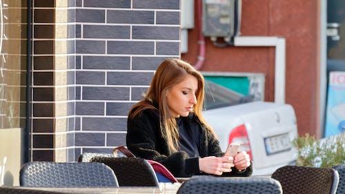 坐, 女孩, 女性, 年輕女子 的 免費圖庫相片