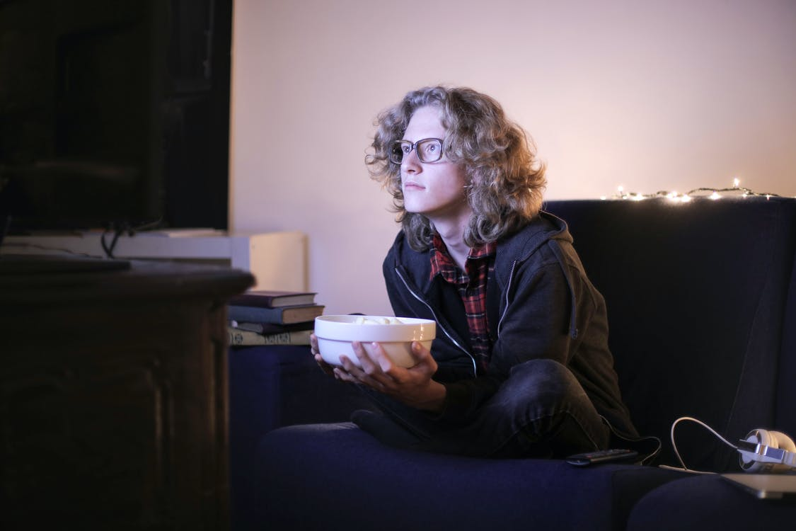 Adam Bir Kase Patlamış Mısır Evde Televizyon Izliyor