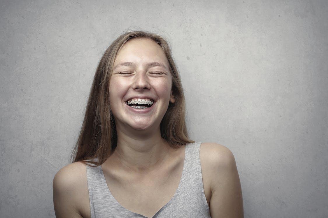 Vrouw In Grijze Tanktop Lachen