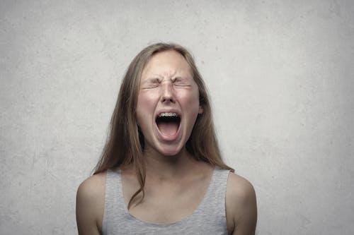 Безкоштовне стокове фото на тему «брюнетка, викрикувати, вираз обличчя, вити»
