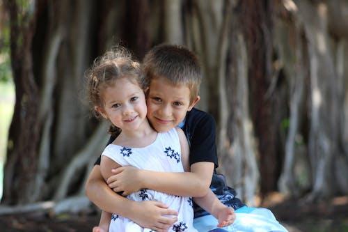 Gratis lagerfoto af bror, familie, grå, Kærlighed
