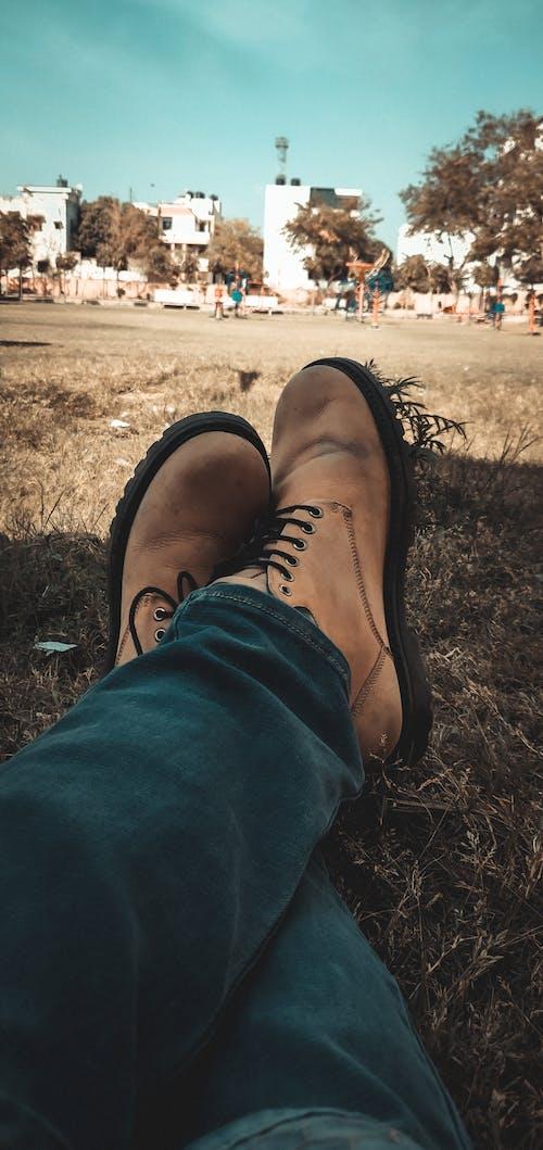 Immagine gratuita di bel cielo, erba secca, scarpe di pelle
