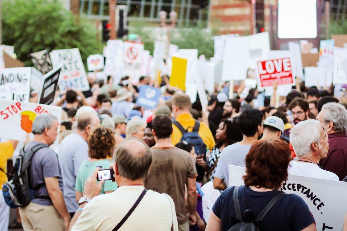 Budaya politik partisipatif artinya orang-orang memiliki engagement yang tinggi dengan proses politik