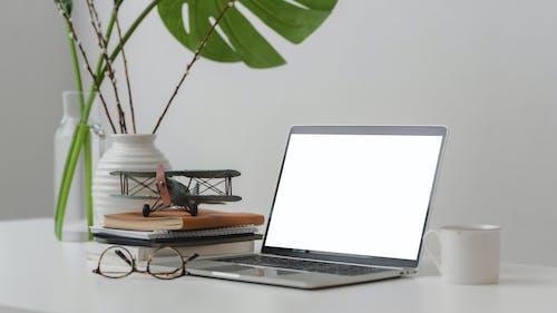 Kostenloses Stock Foto zu arbeitsplatz, becher, bildschirm, brille