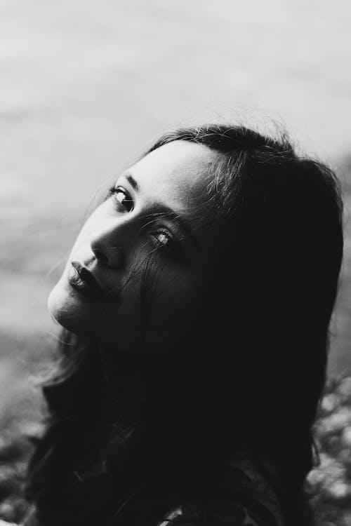 Základová fotografie zdarma na téma černobílý, černý a bílý portrét, dívání