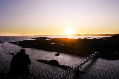 Ilmainen kuvapankkikuva tunnisteilla auringonlasku, henkilö, ilta-aurinko, jyrkänne