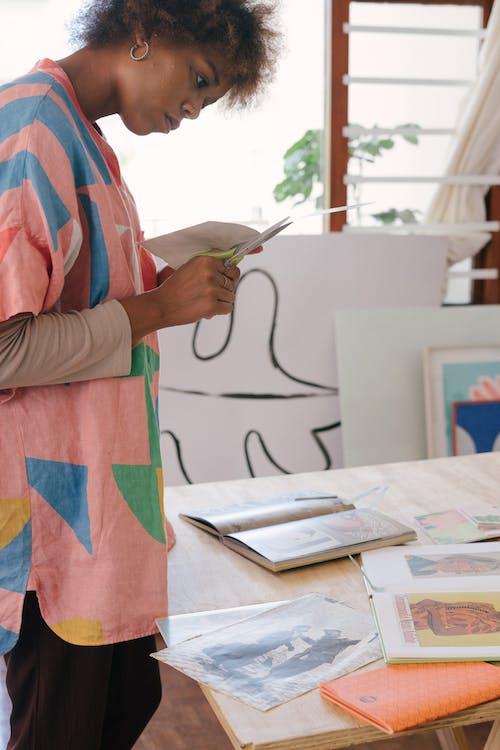 Desainer Wanita Kulit Hitam Kreatif Membuat Potongan Kertas Untuk Proyek