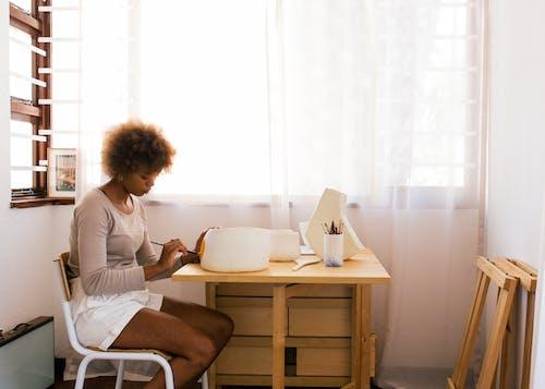 Wanita Afrika Amerika Menggambar Di Atas Mangkuk