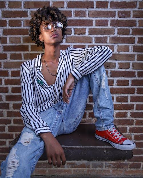 Безкоштовне стокове фото на тему «вертикальний, впевнений, вулична мода, джинси»
