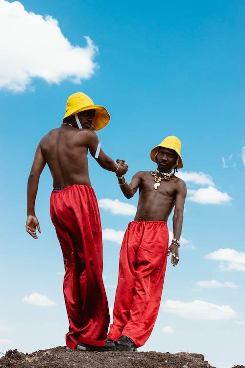 Photo De Deux Hommes Se Soutenant Sous Le Ciel Bleu