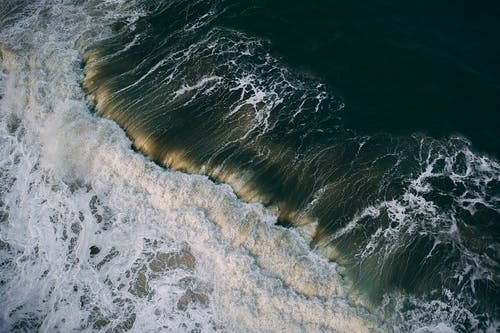 Les Vagues De L'océan S'écraser Sur Le Rivage