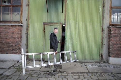 エントランス, おとこ, ドア, ホールディングの無料の写真素材