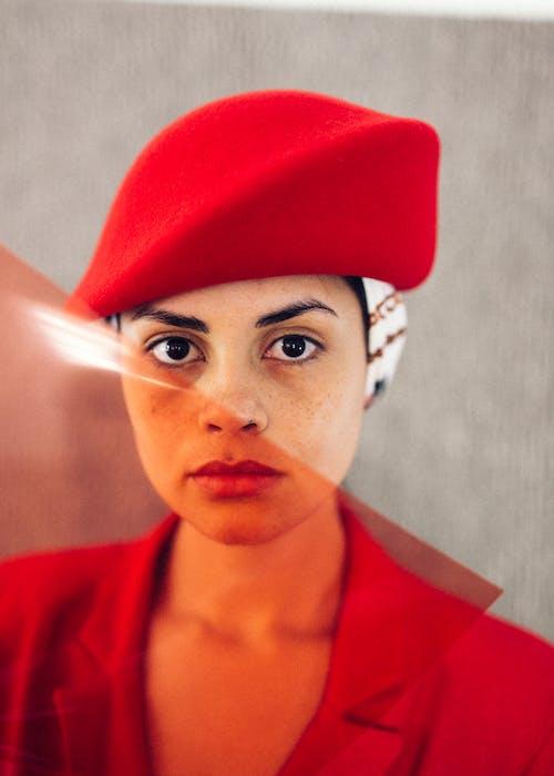 Elegante Etnische Vrouw In Moderne Studio