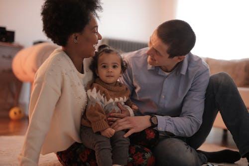 Фотография мужчины и женщины, сидящих с ребенком