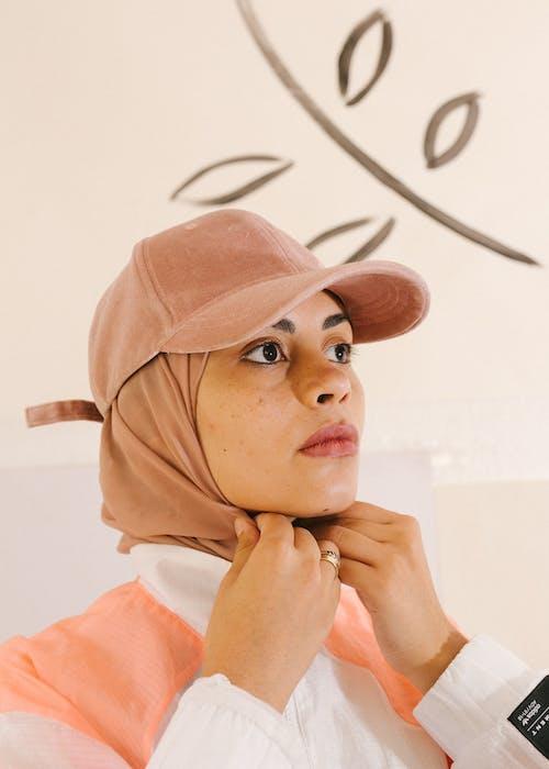 Foto d'estoc gratuïta de actitud, aparença, barret, barrets