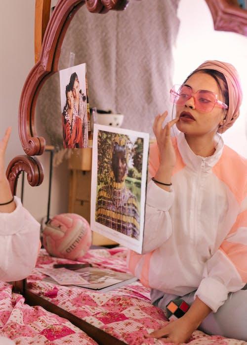 Mujer De Moda étnica Aplicar Bálsamo Labial Frente Al Espejo