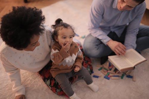 Fotos de stock gratuitas de adentro, adultos, descendencia, educación