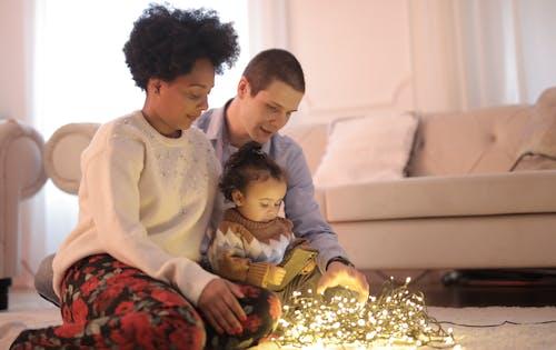 床に座っている家族の写真