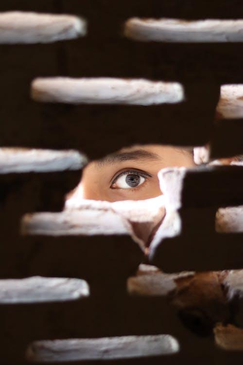 Photo D'une Personne Qui Regarde à Travers Le Trou