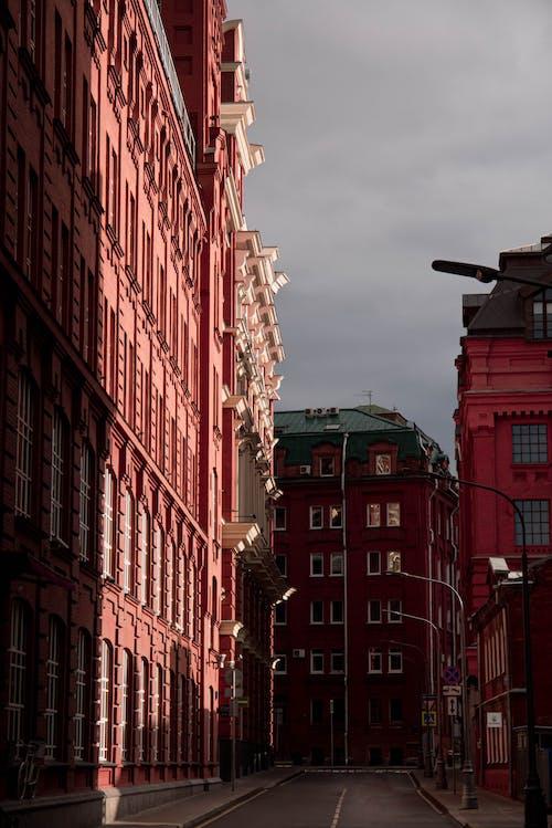 棕色混凝土建築