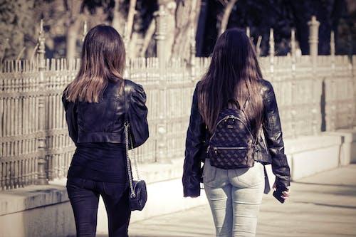 兩個女孩, 冬季, 包包, 年輕的女孩們 的 免費圖庫相片
