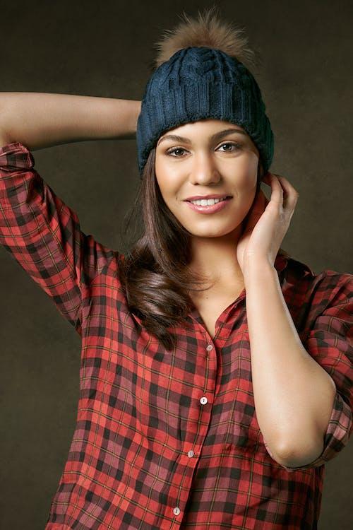 Безкоштовне стокове фото на тему «берет, брюнетка, в'язана шапка»