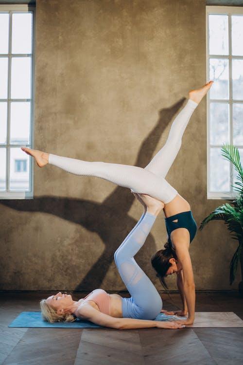 2 Frauen, Die Acro Yoga Praktizieren