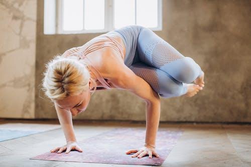Mujer En Sujetador Deportivo Y Polainas Haciendo Yoga