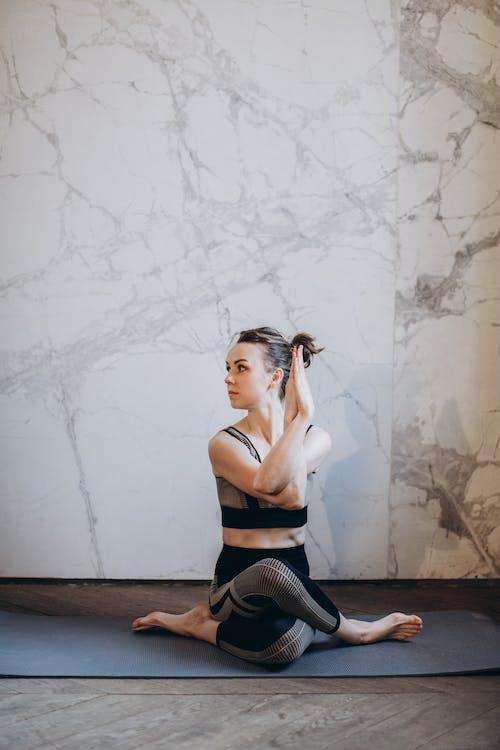 Mujer En Sujetador Deportivo Negro Y Leggings Negros Haciendo Yoga