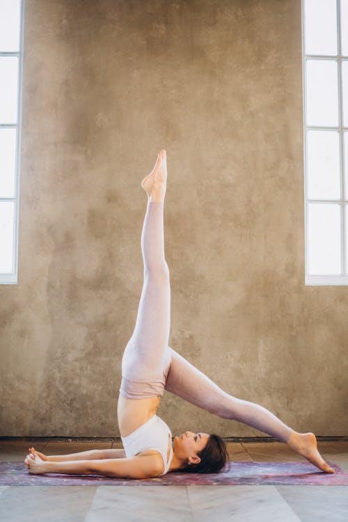 Frau, Die Yoga Praktiziert