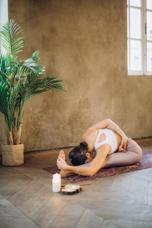女人練習瑜伽