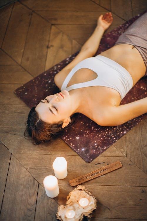 Frau, Die Sich In Der Yogamatte Entspannt