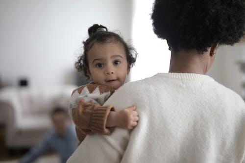 Gratis lagerfoto af ansigtsudtryk, baby, bære, barn