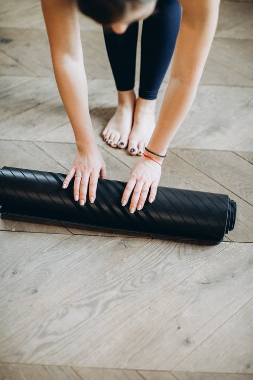 Frau, Die Ihre Yogamatte Vorbereitet