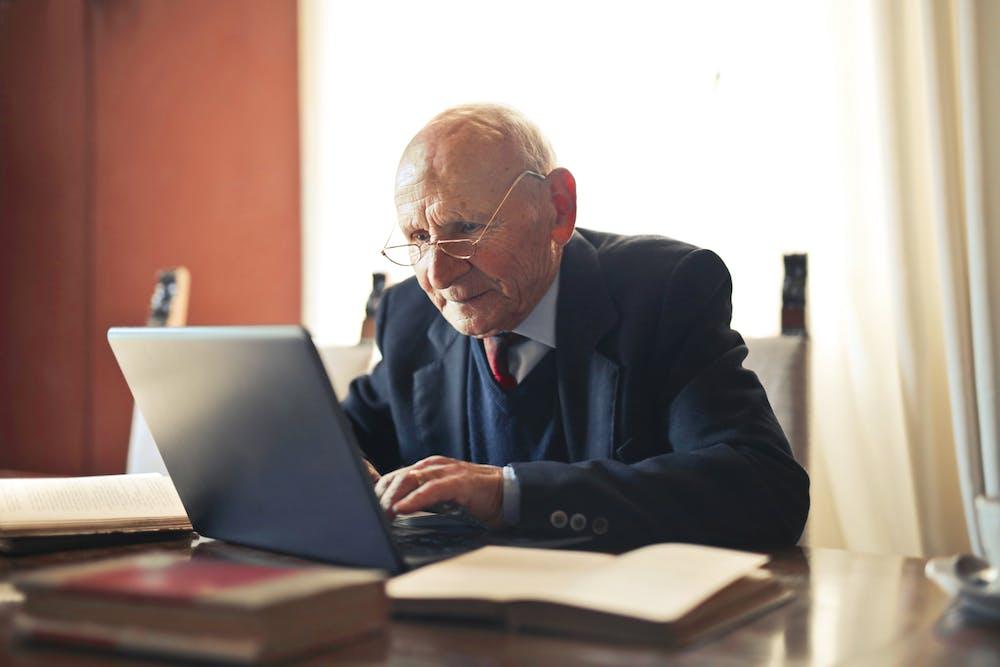 Serious man working on his laptop. | Photo: Pexels