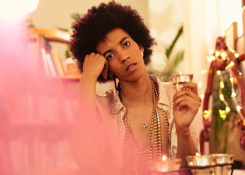 Gratis lagerfoto af afro, afroamerikansk, alkohol, amulet