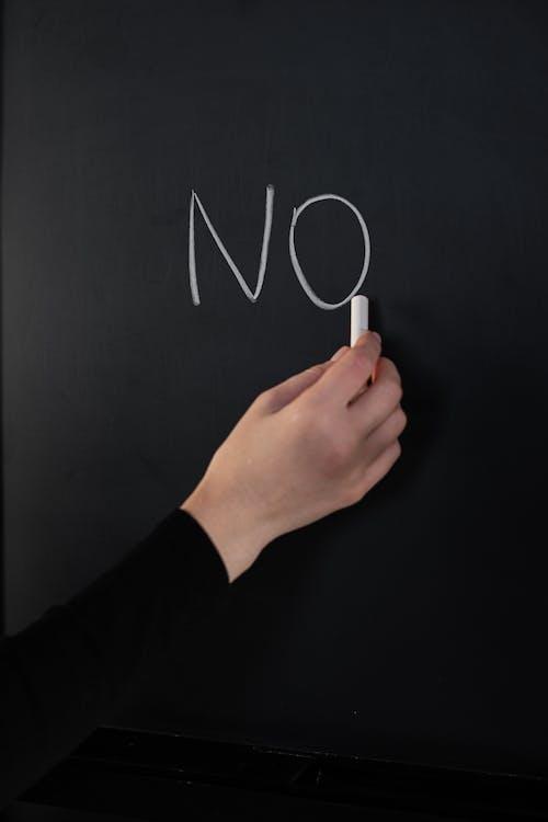 Persona In Possesso Di Un Bastone Di Sigaretta Bianco