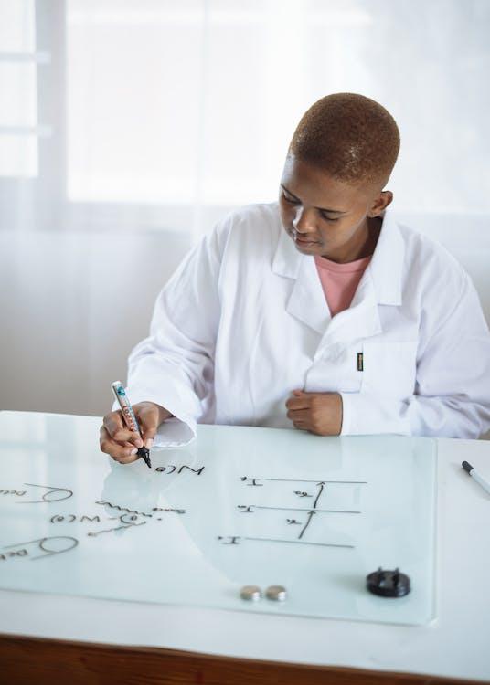 Slimme Afro Amerikaanse Student Chemische Formule Weergeven Op Magnetisch Whiteboard