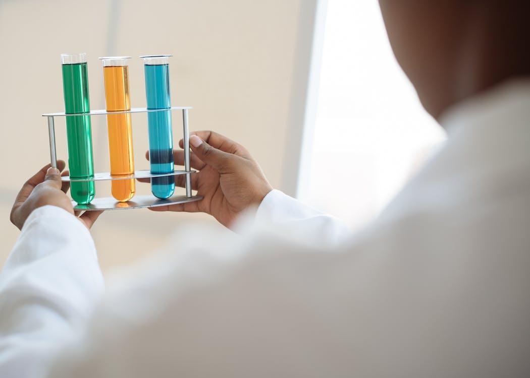 Persona Che Tiene Multi Tubi Colorati